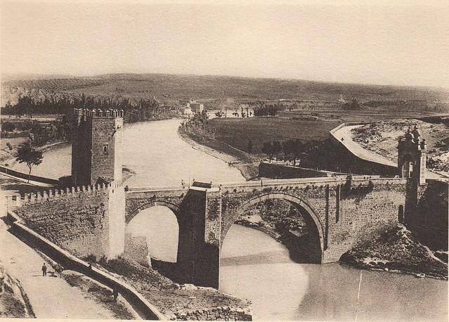 Puente de Alcántara a principios del siglo XX. Fotografía de Frédéric Boissonnas publicada en el libro L´Espagne, provinces du Nord, de Tolède a Burgos de Octave Aubry en 1930