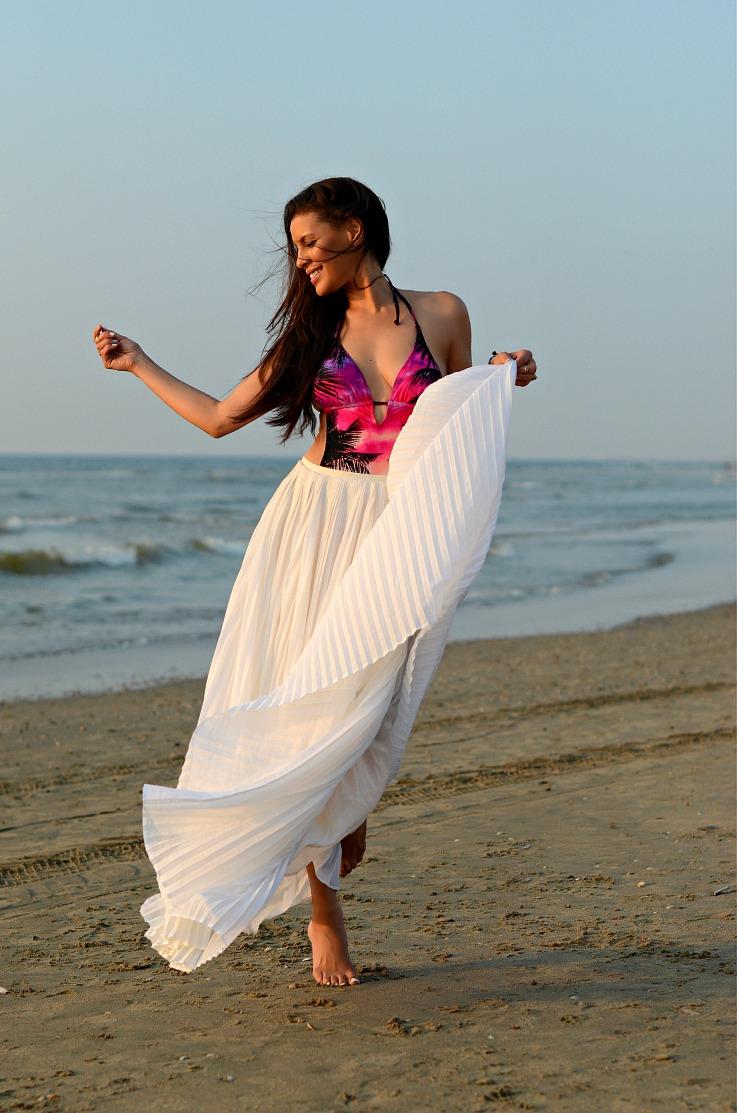 DSC_6834 Tony Cohen, White pleated maxi skirt, Hunkemoller bathingsuit