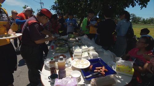 結合環島廚師活動在農園旁辦桌