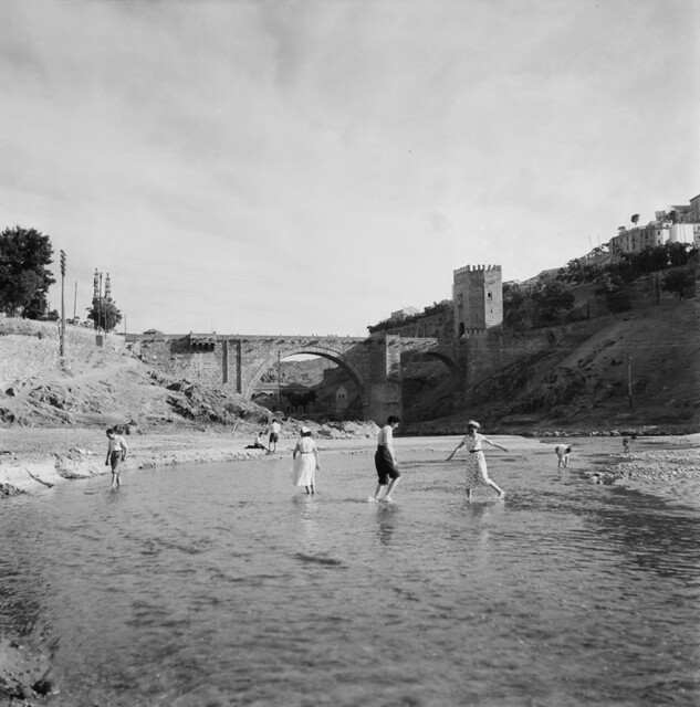 Bañistas en el Tajo en la playa de Safont en los años 50. Fotografía de Francesc Catalá Roca © Arxiu Fotogràfic de l'Arxiu Històric del Col·legi d'Arquitectes de Catalunya. Signatura B_5776_475