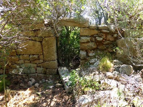 La plus grande habitation du hameau ruiné de Pastricciola : porte d'entrée avec beau linteau de pierre