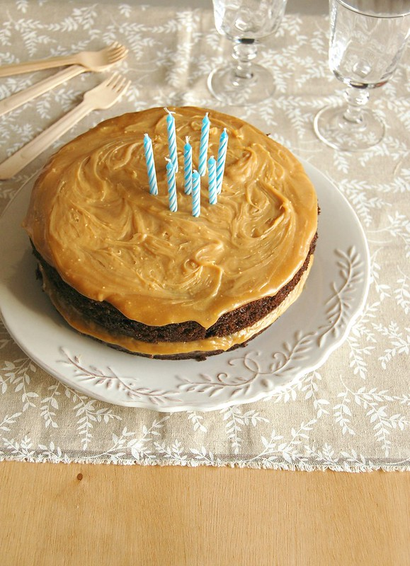 Sour cream-chocolate cake with caramelized white chocolate frosting / Bolo de chocolate e sour cream com ganache de chocolate branco caramelizado