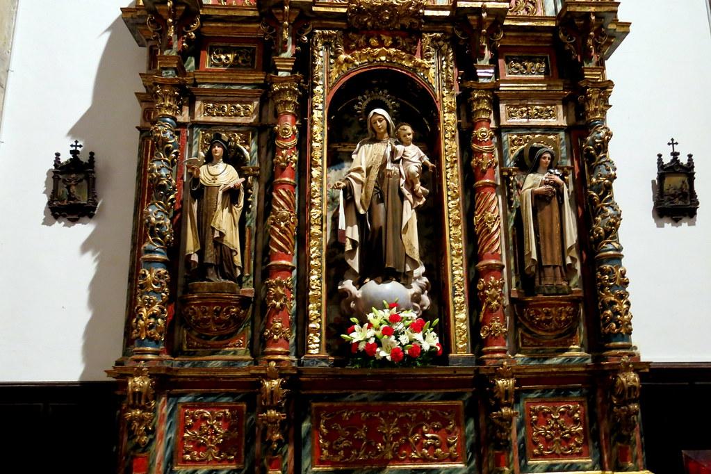en la iglesia de Luanco: santos y santas