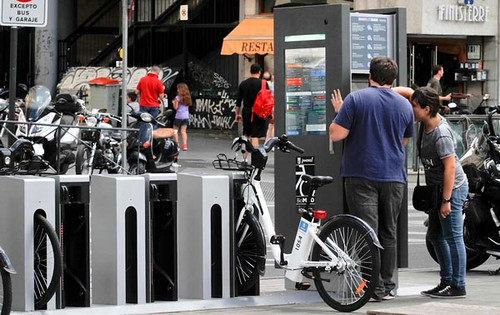 歐洲人人可用的電動單車租賃系統。相同的經費可提供十倍的綠色旅運,並減少城市汽機車密度(vehicle density), 淨空出大量城市寶貴的騎樓與人行道空間,讓城市共容易行走。政府的電動單/機車補助政策,應該造福每位民眾,而不是少數個人車主。圖片提供:高志文