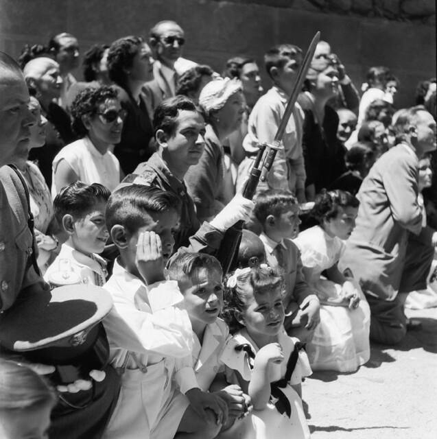 Procesión del Corpus Christi en los años 50. Fotografía de Francesc Catalá Roca © Arxiu Fotogràfic de l'Arxiu Històric del Col·legi d'Arquitectes de Catalunya. Signatura B_4354_356