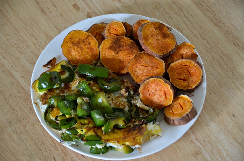Microwaves Sweet Potato Rounds + Green Pepper in an Egg