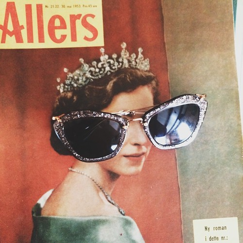 the queen wears crown: own, sunglasses: miu miu. ✨