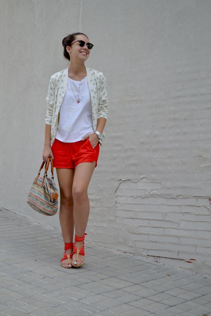 Look con short rojo