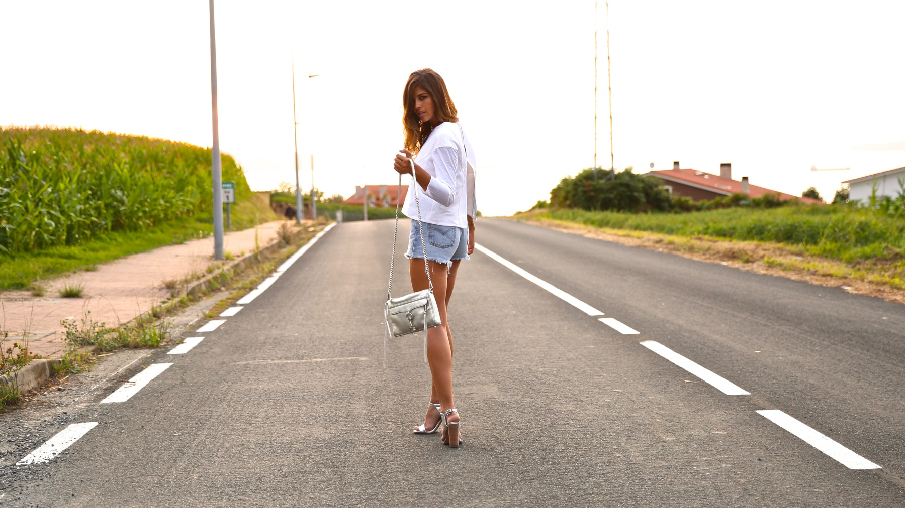 trendy_taste-look-outfit-street_style-ootd-blog-blogger-fashion_spain-moda_españa-coach-silver_sandals-sandalias_plata-white_top-top_blanco-levi's-denim_shorts-shorts_vaqueros-11