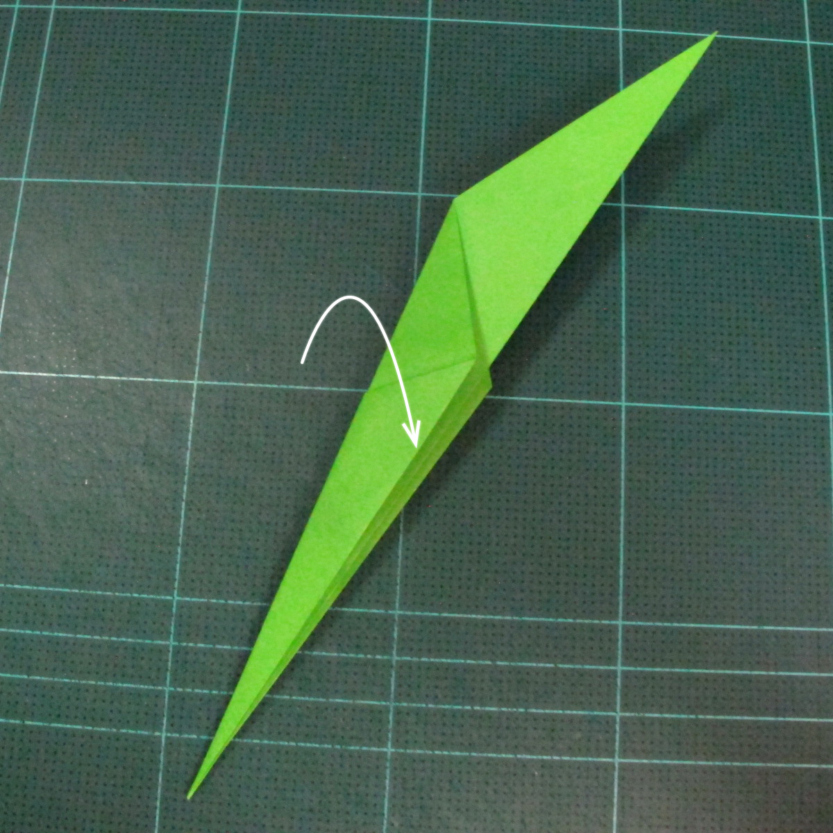 วิธีพับกระดาษเป็นช่อดอกไม้ติดอกเสื้อ (Origami Wedding Chest Flower) 029
