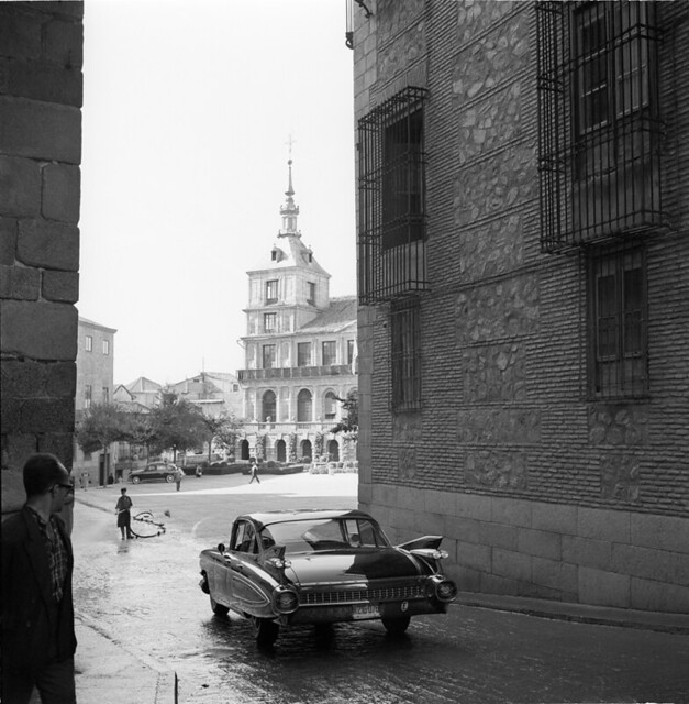 Un coche bajo el Arco de Palacio en los años 50. Fotografía de Francesc Catalá Roca © Arxiu Fotogràfic de l'Arxiu Històric del Col·legi d'Arquitectes de Catalunya. Signatura B_8573_713