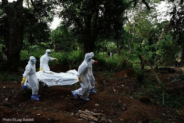 I burial boys, gli operatori incaricati di sepellire i morti di Ebola nel cimitero allestito a Kenema - foto di Luigi Baldelli