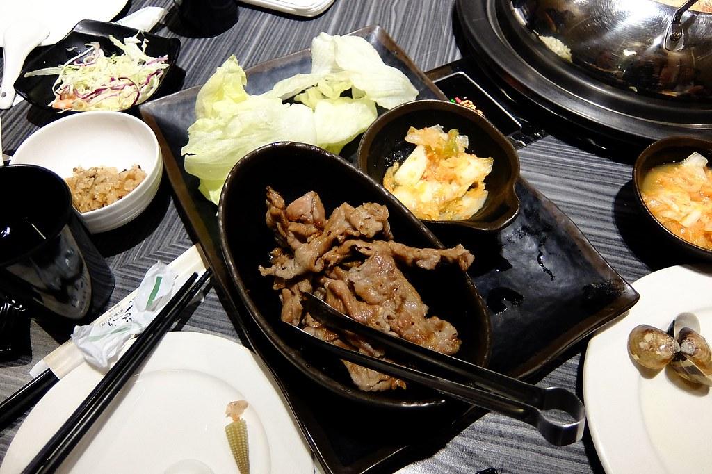 黃金生菜燒肉捲,旁邊的泡菜很好吃!