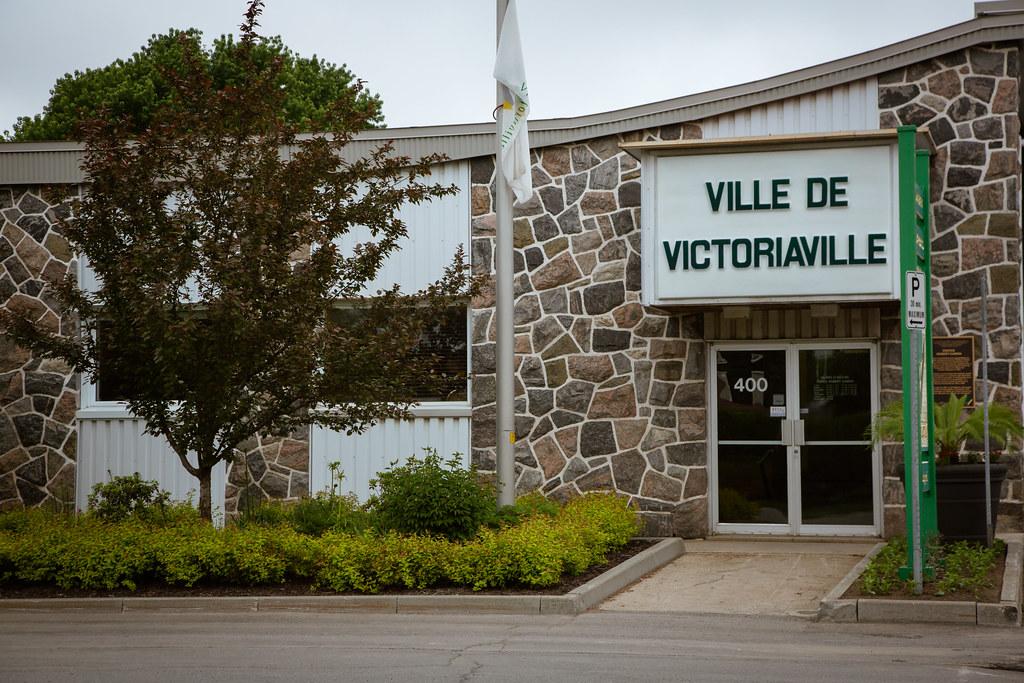 Drapeau de la Ville de Victoriaville en berne au garage municipal