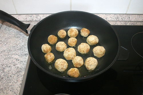 23 - Bratwurstbällchen in Pfanne geben / Put meatballs in pan