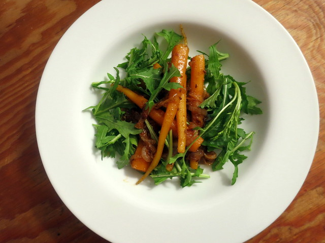 Spicy carrot salad with filfel chuma