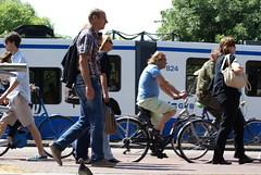 Voetgangers, fietsers en een tram