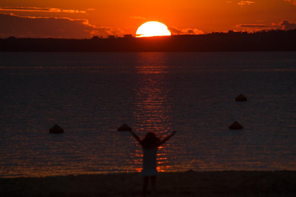 Atardece en la costanera encarnacena mientras una niña juega en la playa, donde cada vez acuden mas turistas desde ciudades cercanas. (Tetsu Espósito)