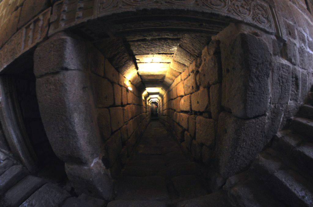 Puertas reutilizados con detalles visigodos que dan acceso a lo profundo del Guadiana El aljibe de la Alcazaba de Mérida - 14664345238 5b9d6b090f o - El aljibe de la Alcazaba de Mérida