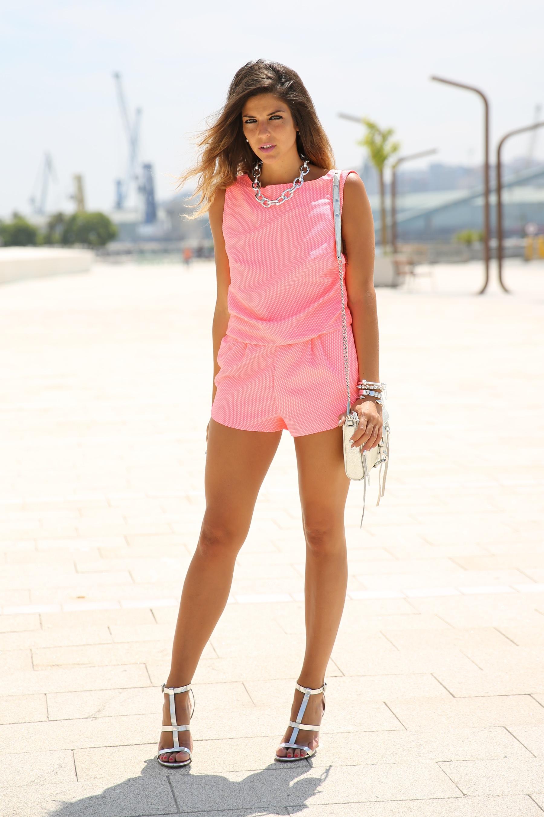 trendy_taste-look-outfit-street_style-ootd-blog-blogger-fashion_spain-moda_españa-silver_bag-bolso_plata-mono_rosa-mekdes-coruña-marina-12