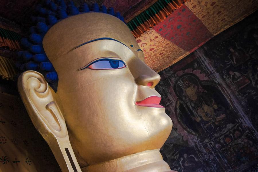 Позолоченная статуя Будды Шакьямуни в Шей гомпе © Kartzon Dream. Монастыри Ладакха (Монастыри малого Тибета) - авторские путешествия, авторские туры в Ладакх, тревел фото, тревел видео, фототуры