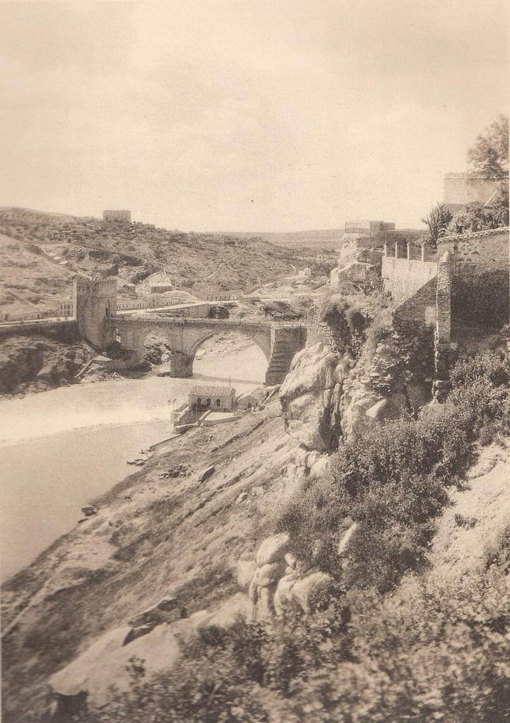 Puente de San Martín y Roca Tarpeya  a principios del siglo XX. Fotografía de Henri Bertault-Foussemagne  publicada en el libro L´Espagne, provinces du Nord, de Tolède a Burgos de Octave Aubry en 1930