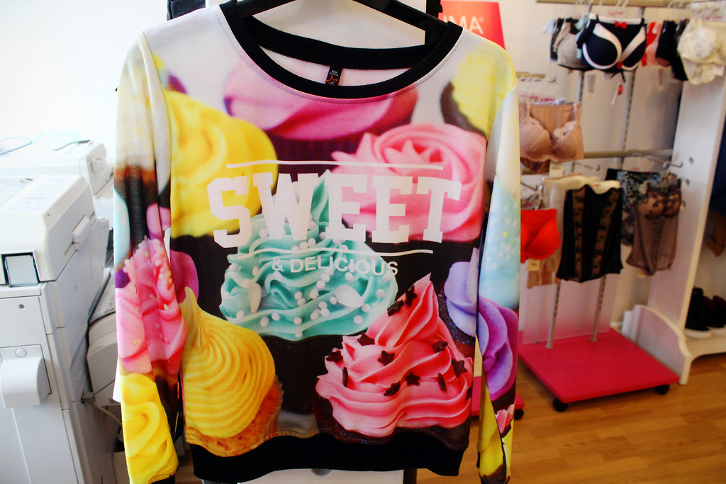 Sweet-deliciouse-cupcakes-sweater-New-Yorker