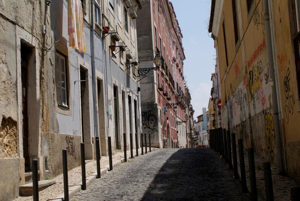 > Dans une rue du quartier de Barrio Alto à Lisbonne.