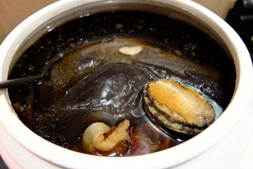 養生黑蒜烏骨雞燉鮑魚湯,烏骨雞很軟嫩,肉質略柴些,反正精華都在湯內