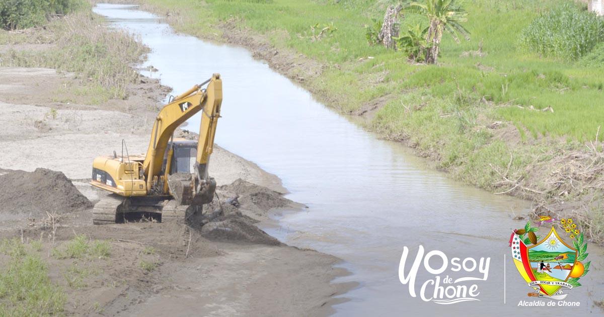 Maquinaria realiza desazolve en el canal de encauzamiento de Chone