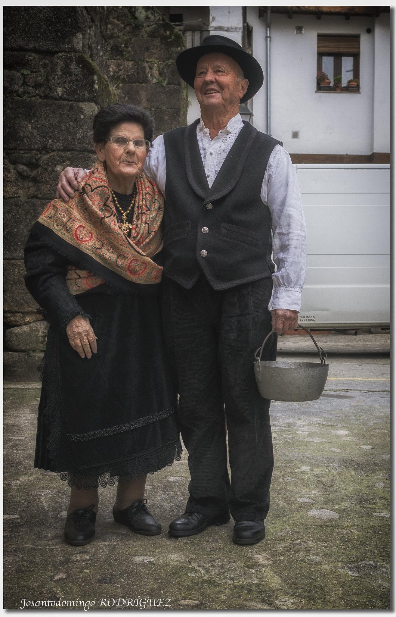 Luciendo las vestimentas típicas tradicionales