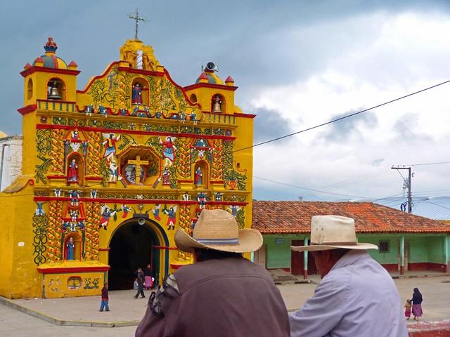 Fotografía de San Andrés Xecul y su iglesia amarilla (Guatemala)