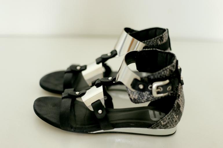 Zwarte sandalen met snake print en zilver hardware / Fashion is a party shop