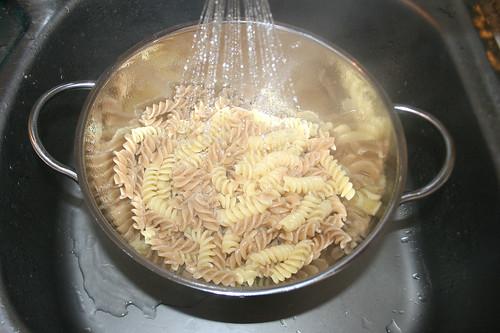 27 - Nudeln abgießen / Drain noodles