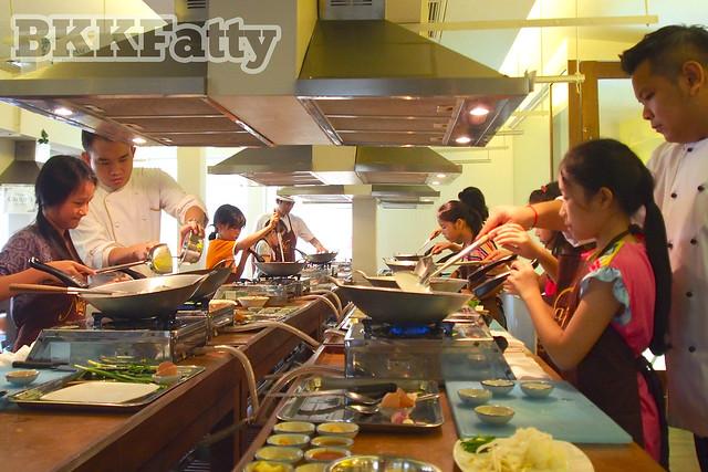 students in bangkok learning to make pad thai