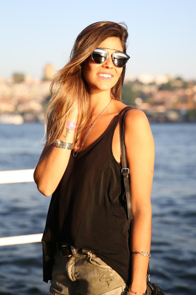 trendy_taste-look-outfit-street_style-ootd-blog-blogger-fashion_spain-moda_españa-salsa_jeans-dior_gafas-bolso_flecos-fringes_bag-khaki_shorts-shorts_caqui-grey_tee-camiseta_gris-verano-porto-portugal-7