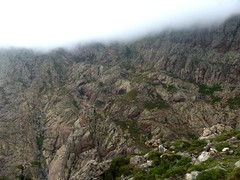 Descente de la Haute Lonca : le versant RD de montée à l'arche de Caprunale bien embrumé