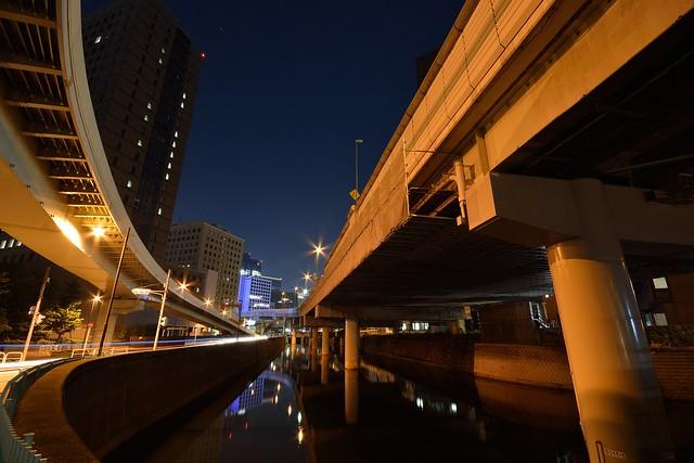首都高一ツ橋ジャンクションと一ツ橋出口の夜景の写真