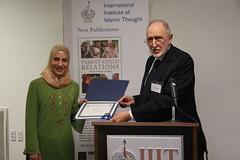 د. هشام الطالب يقدم شهادة تقديرية للدكتورة هادية مبارك