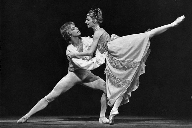 Antoinette Sibley as Manon and Anthony Dowell as Des Grieux in Manon © Leslie E. Spatt