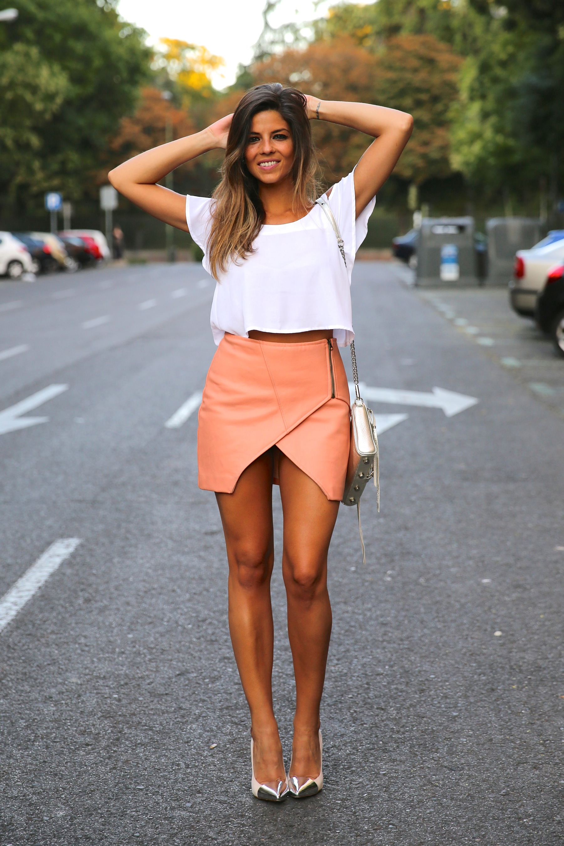 trendy_taste-look-outfit-street_style-ootd-blog-blogger-fashion_spain-moda_españa-madrid-silver_stilettos-punta_plata-estiletos-falda_coral-coral_skirt-top-11