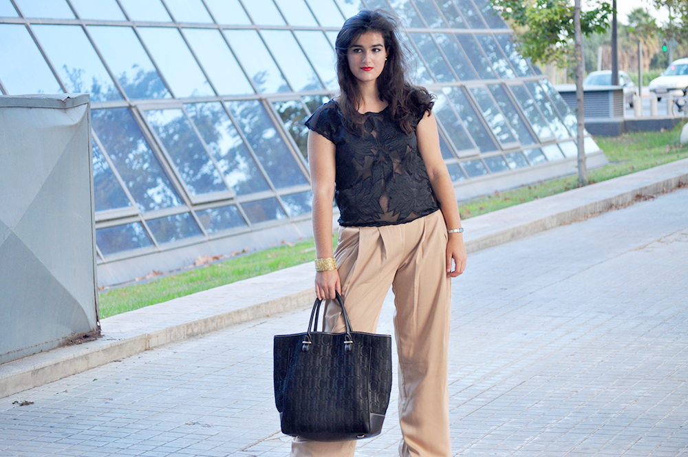 something fashion blogger style moda valencia spain fblogger, palazzo pants carolina herrera CH bag sweedy beige black, summer style palazzo pants zara sheer blouse flowers