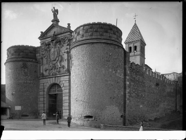 Puerta de Bisagra a comienzos del siglo XX. Fotografía de J. Lacoste © MECD, Fototeca del IPCE, signatura VN-22639_P