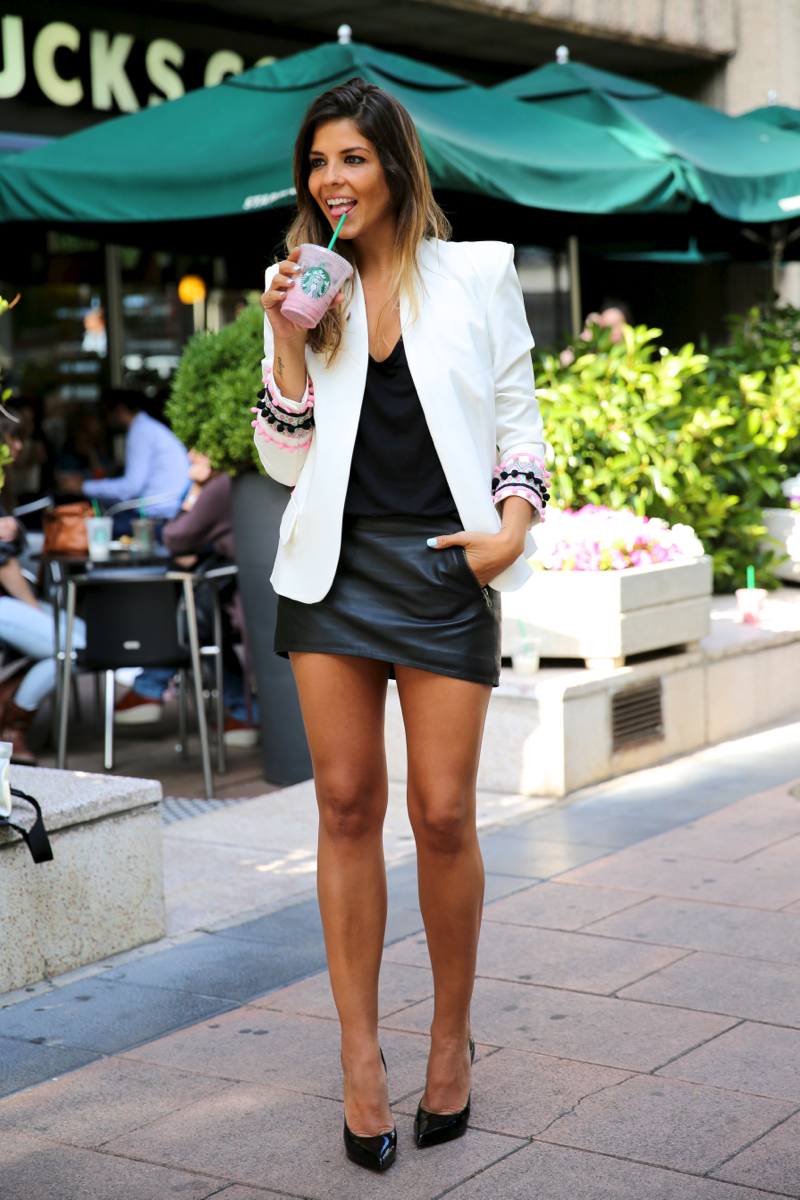 trendy_taste-look-outfit-street_style-ootd-blog-blogger-fashion_spain-moda_españa-starbucks-frapuccino-saint_laurent-falda_cuero-leather_skirt-chic_place-stella_rittwagen-bolso_plata-silver_clutch-10