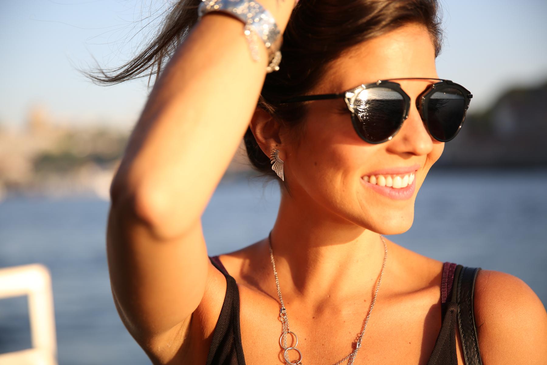 trendy_taste-look-outfit-street_style-ootd-blog-blogger-fashion_spain-moda_españa-salsa_jeans-dior_gafas-bolso_flecos-fringes_bag-khaki_shorts-shorts_caqui-grey_tee-camiseta_gris-verano-porto-portugal-3