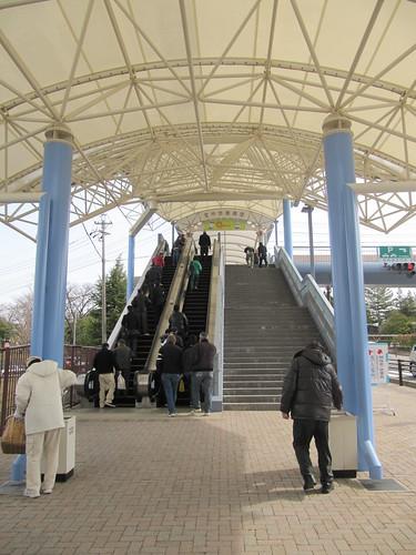 中京競馬場のエスカレーター前