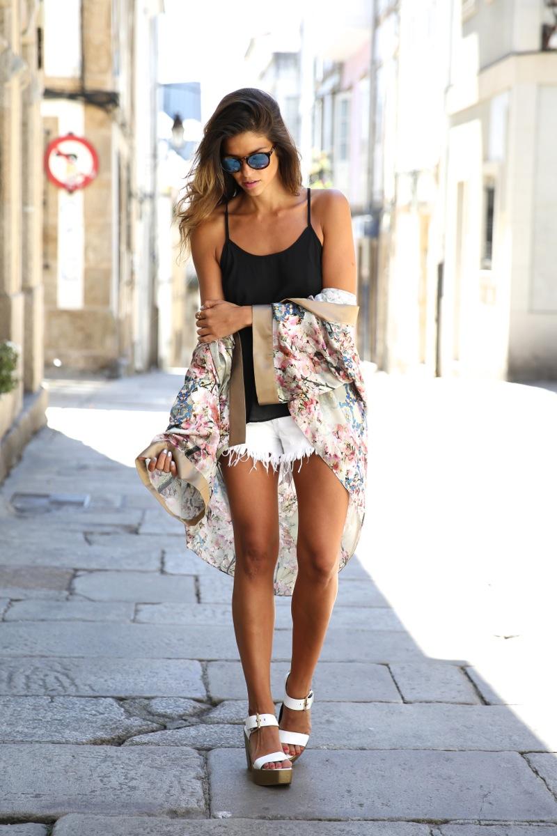 trendy_taste-look-outfit-street_style-ootd-blog-blogger-fashion_spain-moda_españa-kimono-white_sandals-sandalias_altas_plataformas-guess-denim_white_shorts-shorts_vaqueros_blancos-10