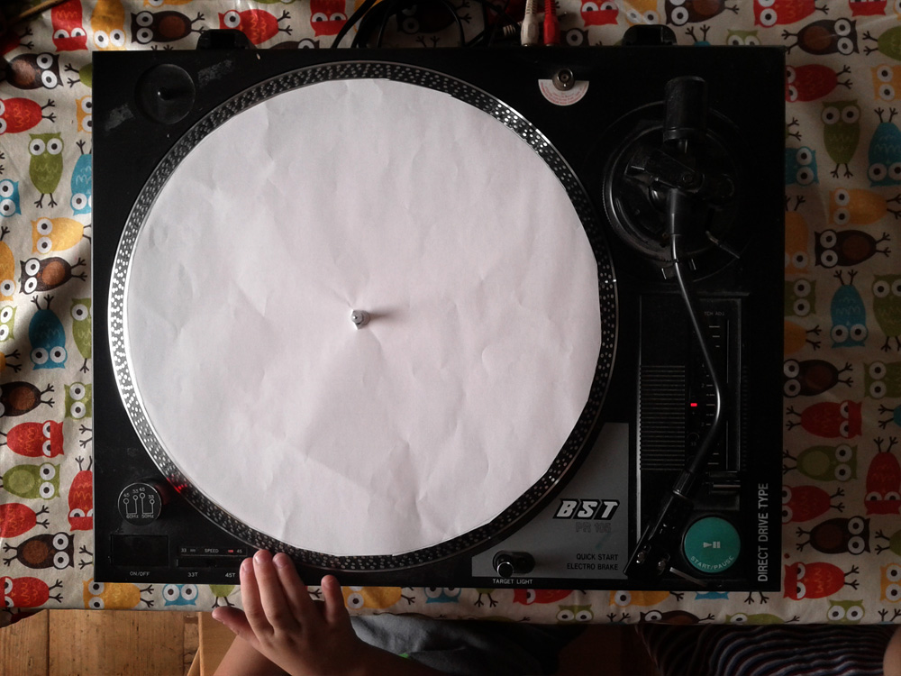 Vorbereiteter Plattenspieler als Malmaschine weißes Blatt Papier