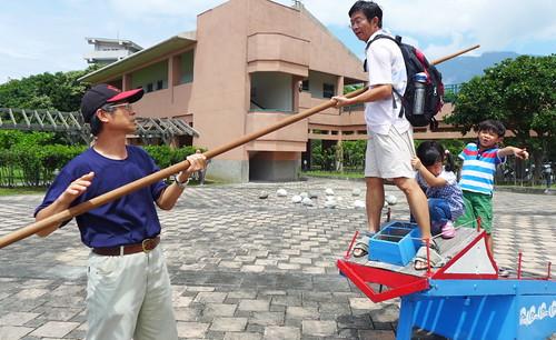 成功海洋環境教室廣場上,有陸上體驗鏢魚台。攝影:陳文姿