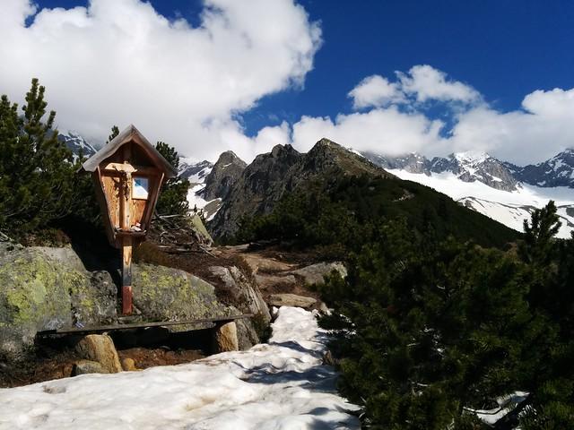 Das Wegkreuz mit Blick auf den Gipfel des Kreuzkofel